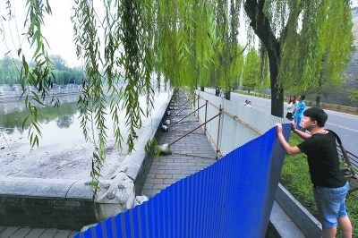 目前,东华门、西华门至故宫午门的筒子河已全部搭起施工围挡,并开始逐步排干河水,为下一步的河底清淤工程作准备。(记者 孙�嗌�)