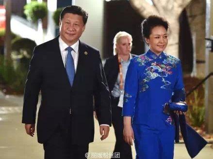彭丽媛着蓝色旗袍亮相