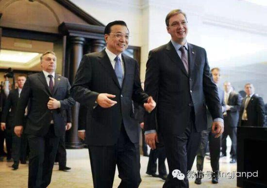 共见记者结束后,李克强和武契奇交谈。