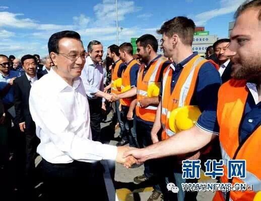 6月20日,李克强与希腊总理萨马拉斯共同考察中国远洋运输集团比雷埃夫斯集装箱码头,同码头工人亲切交流。