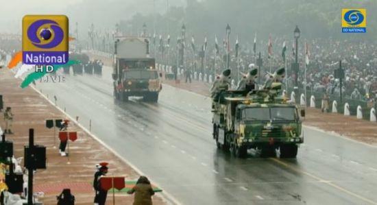 印度自主研发的地对空导弹和武器定位雷达也加入了阅兵。