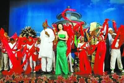 2006年11月,中非合作论坛北京峰会文艺晚会中,演员表演节目《友谊欢歌》。