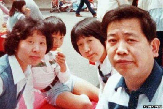 上田宏用自己的发明与家人完成了合影