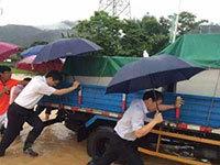 广东河源暴雨:市委书记上街帮忙推车