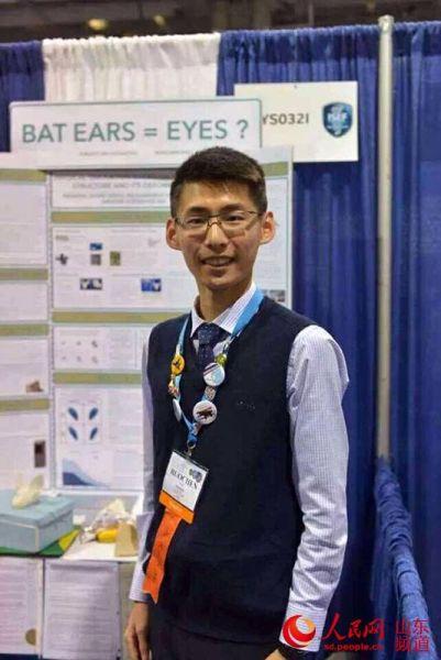 郝若尘在2015年英特尔国际科学与工程大奖赛(Intel ISEF),图为他正在自己的展板前进行演讲。