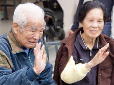 蔡城林(左)