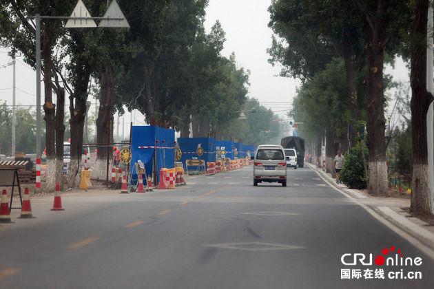 """""""阅兵村""""周围道路加紧施工。摄影:沈湜"""