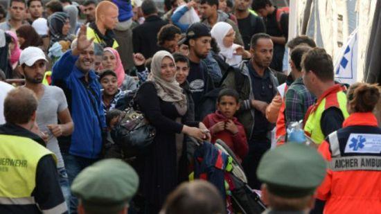 抵达慕尼黑火车站的难民排队接受简短身体检查