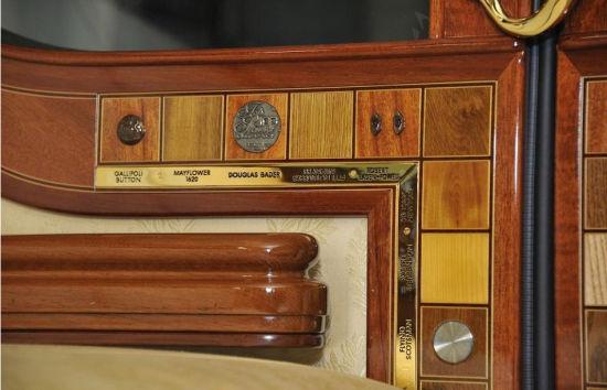镶嵌在这扇门上的装饰物有:加里波利的一颗扣子、五月花号上的木头、二战王牌飞行员的徽章、罗伯特将军的袖口、飞翔的苏格兰人号火车上的一颗铆钉,而最令人震惊的是其中的一块木头,来自于砸到牛顿的苹果树。