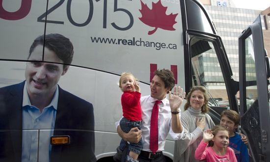 贾斯廷•杜鲁多一家在竞选巴士前。