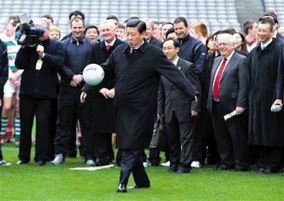 """2012年,习近平访问爱尔兰时,在一项活动中""""小试脚法""""。资料图片"""