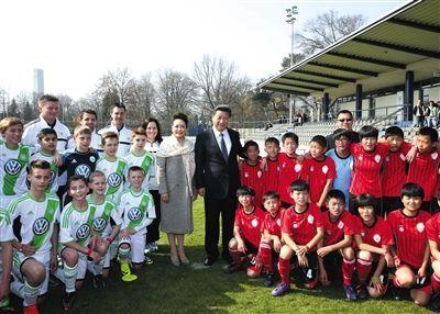 2014年,习近平访德时,看望在德国训练的中国少年足球运动员。资料图片