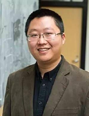 傅亮,1985年出生于江苏,2004年本科毕业于中国科学技术大学少年班,2009年获宾夕法尼亚大学物理学博士学位,后在哈佛大学从事研究工作,2012年1月加入麻省理工学院任物理系助理教授。傅亮的主要研究领域为凝聚态物质量子理论。图片来源:MIT官网。