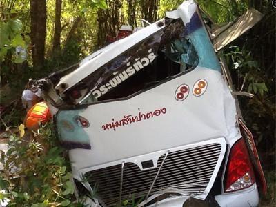 泰国清迈一辆巴士遇车祸后坠山