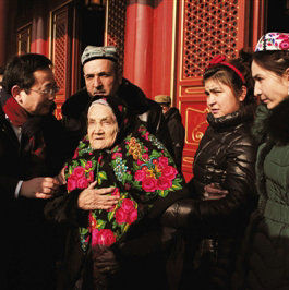 百岁维族老人圆梦登天安门 用维语唱东方红(图)