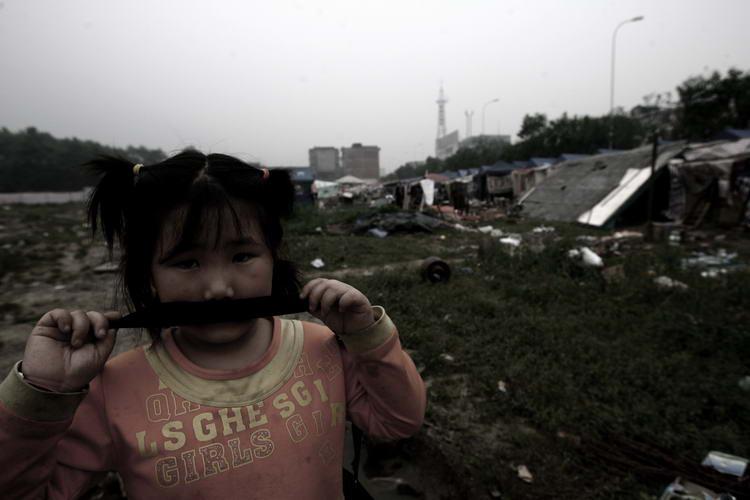 灾区的孩子在废墟中茫然不知所措。长江商报-徐万涛