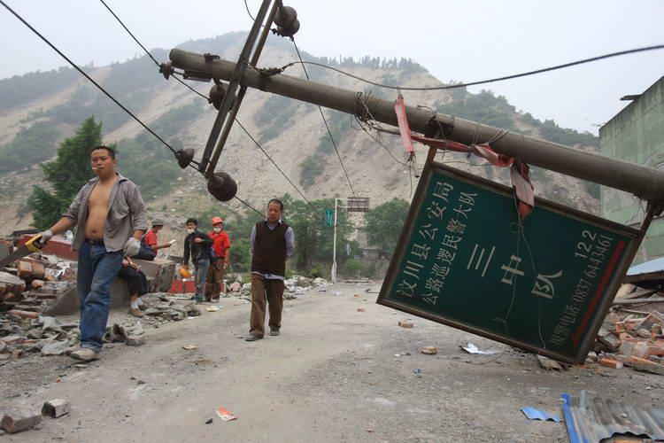 www.sina.com.cn_图文:灾区倒塌的电线杆http://www.sina.com.