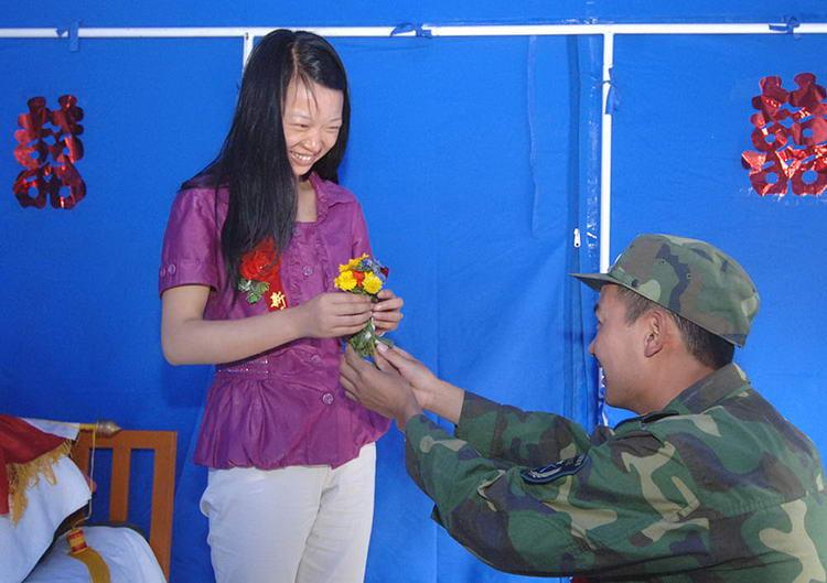 图文:战士在救灾帐篷里举行特殊婚礼