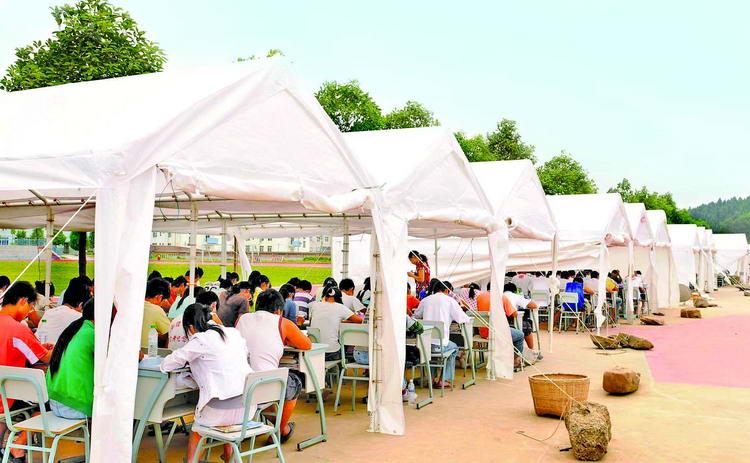 图文:广元市外国语学校的学生在帐篷中上课