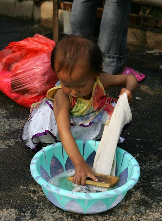 洗衣服小女孩简笔画