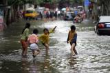 图文:书林街被淹成儿童嬉水场