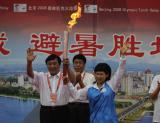 图文:吉林市长张晓霈展示火炬