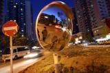 图文:交管部门树立交通凸面镜指引开车人