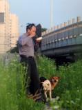 图文:许金火喜欢站在桥洞边吃早饭