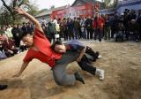 图文:两名选手在胡同节上表演摔跤