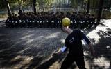 图文:球迷在工体外表演花式足球