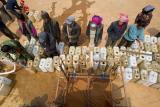 图文:村民排队领取政府提供的救急水