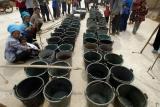 图文:村民等待领取政府送来的水