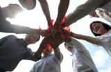 图文:任课老师们扎上红丝带表示要齐心协力
