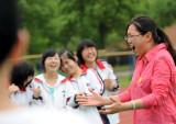图文:为帮助学生减压老师来段说唱逗笑