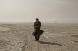 图文:一工人在盐碱风暴中