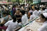 图文:省中医院门前挤满接受三伏天灸的市民