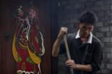 图文:工人在铁锅里炒咖啡豆