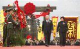 图文:中国国民党荣誉主席吴伯雄和夫人戴美玉敬献花篮