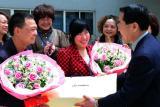 图文:地震幸存姑娘回川参加集体婚礼