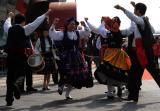 图文:葡萄牙演员在香港馆前载歌载舞