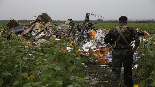 乌克兰人员在坠机点附近搜寻遇难者遗体