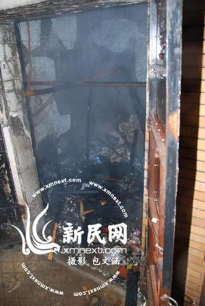 起火,可能是楼上有人扔下烟蒂引燃了垃圾桶里的易燃