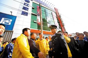 广州企业突击裁员30余人续:员工聚集讨说法(图)