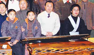 九龄双胞胎登台奏古琴图片