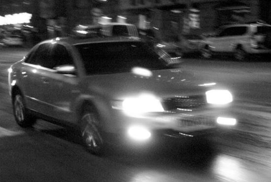 满街车亮远光灯司机晃成睁眼瞎