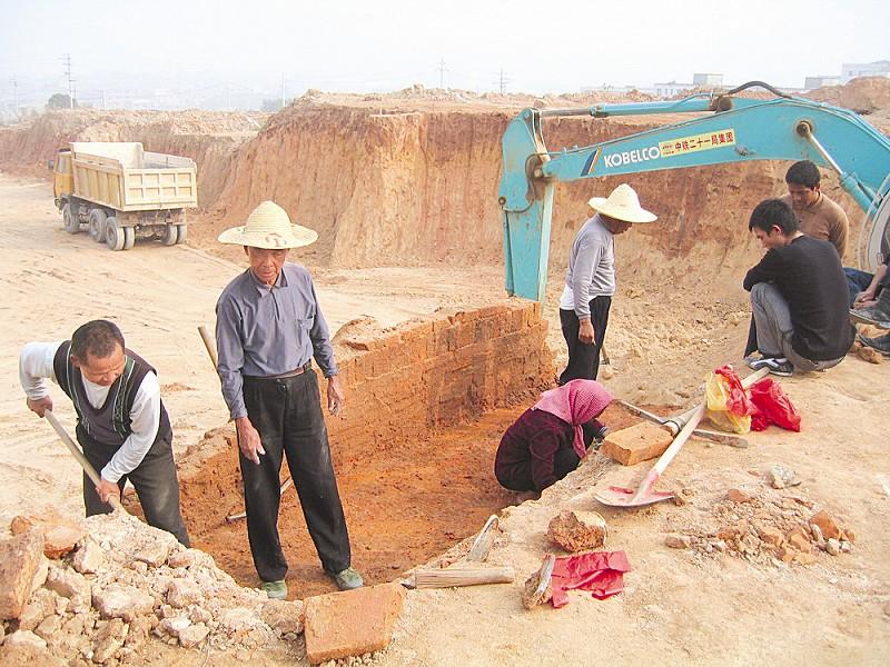 工地挖掘机挖到古墓村民和工人哄抢宝贝