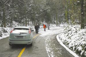 西岭雪山因大雪停水停电上千名游客被困