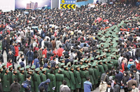 广州火车站8重人墙护住20万旅客(图)