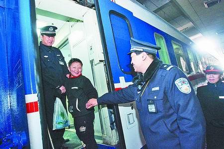民警接力,送8岁男童返家