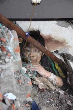 国际先驱导报:外国记者眼中的大地震
